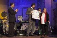 Velvyslanci předávají Daniele Cincibusové cenu v kategorii Osobnost (Foto: Michaela Čejková)