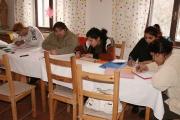 Čtyři ženy a jeden muž z osmdesátičlenné romské komunity v Dobré Vodě u Toužimi si dokončili v těchto dnech základní vzdělání, které jim léta chybělo (Foto: Eva Haunerová)