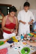 K výrobě krásného hedvábného šátku stačí mít speciální barvy, štětce a dostatek trpělivosti. Margita Oláhová volila pro svůj šátek pestré barvy. (Foto: Eva Haunerová)