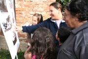Ženy a děti z Dobré Vody se zajímaly o historické fotografie své vesnice (Foto: Eva Haunerová)