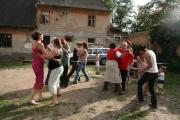 Při oslavě si dospělí proti sobě zasoutěžili ve dvou týmech. Jedním z úkolů bylo společně zatancovat (Foto: Eva Haunerová)