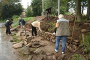 Při třetí brigádě se v Dobré Vodě v prostoru u křížku stavěla suchá zídka z kamenů (Foto: Eva Haunerová)