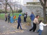 Lidé z Komunitního centra Duhovka při úklidu obce