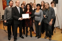 Norman Eisen s Jarmilou Balážovou a Zdeňkem Ryšavým, kteří převzali ocenění za sdružení Romea (Foto: Velvyslanectví USA)