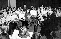 Bohumil Kulínský mit dem Kinderchor des Tschechischen Rundfunks (Foto: Archiv des Tschechischen Rundfunks)