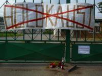 Transparent na vjezdové bráně vepřína (Foto: Magdalena Trusinová)