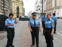 Romské asistentky prevence kriminality. Vlevo Monika Kotlárová, vpravo Renata Tišerová, uprostřed za Městskou policii v Plzni Andrea Vlčková  (Foto: Monika Zettlová)