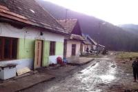 Původní příbytky Romů, kteří si staví vlastní dům ve Svatém Antonu (Foto: Vojtěch Berger, Český rozhlas)