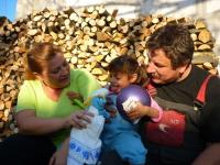 Malá Mária s dobrovolníky Oldřichem Dvořákem a Eminou Budurinovou u nového domku (Foto: Tomáš Jelen)