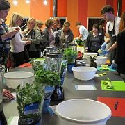 Beim YOLO-Fachforum in Berlin mixten die Teilnehmer/-innen gesunde Smoothies (Foto: Archiv Tandem)