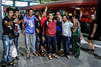 Flüchtlingsmassen strömen durch die Abfahrtshalle des Münchner Hauptbahnhofs (Foto: L//S photography, CC BY-NC-SA 2.0)