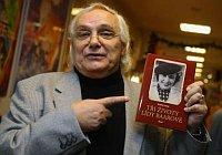 Ondřej Suchý mit dem Buch über Lída Baarová (Foto: www.ct24.cz)