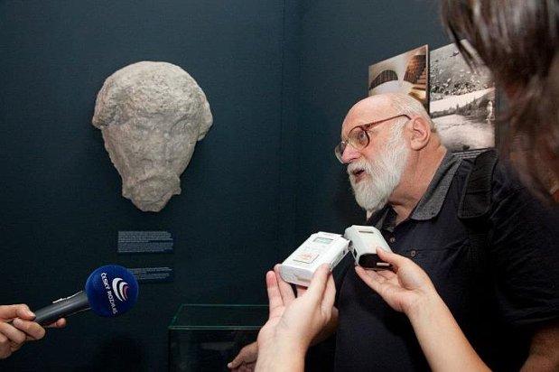 Zdeněk dragoun u repliky hlavy bradáče foto muzeum hlavního