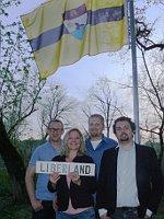 Президент Либерленда с соратниками водружают флаг нового государства (Фото: Пресс-служба Либерленда / liberland.org)