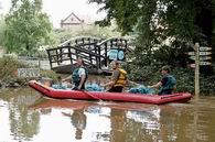 Angestellte des Zoogarten in Prag schauen die Schaden an (Foto: CTK)