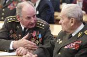 Setkání veteránů od Sokolova, vlevo plukovník Nikolaj Kubarič, vpravo generál Vlastislav Raichl, Foto: ČTK