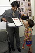 K. Vishwanathan ukazuje svému synovi Nathanovi ocenění Prix Irene (Foto: ČTK)