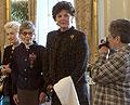 Zprava lady Milena Grenfellová Bainesová si fotografuje Áju Vrzáňovou, Barbaru Podoskiovou a Elišku Haškovou - Coolidgeovou, Týden zahraničních Čechů, foto: ČTK