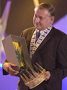Nedveds Manager Zdenek Nehoda mit dem Preis (Foto: CTK)