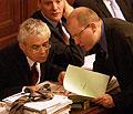 Ministr financí Bohuslav Sobotka (vpravo) diskutuje s premiérem Vladimírem Špidlou během několikahodinového hlasování o pozměňovacích návrzích ke státnímu rozpočtu na příští rok, foto: ČTK