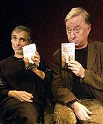 Herci Oldřich Kaiser a Jiří Lábus pózují s knihou 'Kaiser, Lábus a Rodinka Tlučhořových' (Foto: ČTK)