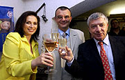 'Die Unabhängigen' feiern; (v.l.n.r.) Jana Bobosikova, Frantisek Zwyrtek und Vladimír Zelezný (Foto: CTK)