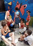 Les musiciens français avec les enfants du centre de vacances de la communauté rom, photo: CTK