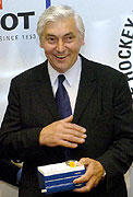 Ivan Hlinka s cenou pro Hokejovou legendu České republiky, 2004, foto: ČTK