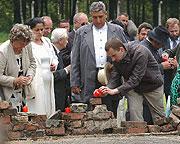 Asi pět stovek lidí si připomnělo 60. výročí likvidace romského koncentračního tábora, foto: ČTK