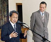 Sein Win, Premier ministre du gouvernement démocrate birman en exil et le ministre tchèque des Affaires étrangères Cyril Svoboda, photo: CTK