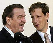 Stanislav Gross (vpravo) aGerhard Schröder, foto: ČTK