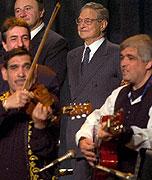 George Soros (uprostřed) během zahajovacího ceremoniálu Dekády Romů (Foto: ČTK)