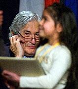 Prezident Světové banky James Wolfensohn během zahajovacího ceremoniálu na úvod mezinárodního projektu Dekáda Romů (Foto: ČTK)