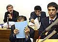 Listem papíru kryje svoji tvář člen katarské královské rodiny Hámid bin Abdal Sání, foto: ČTK