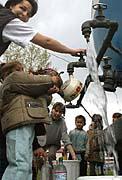 Obyvatelé sídliště Luník IX. si nabírají vodu z cisterny (Foto: ČTK)