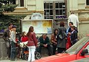 Část Romů, které radnice vystěhovala z městské ubytovny, přebývala 25. dubna před budovou úřadu (Foto: ČTK)