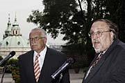 Präsident Vaclav Klaus (links) und Historiker Jan Lasek eröffnen die Jan-Hus-Austellung (Foto: CTK)