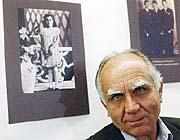 Jan Hauer před portrétem své sestry Marie, jež později zahynula v Osvětimi (Foto: ČTK)