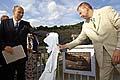Petr Gandalovic (links) enthüllte die Gedenktafel für sudetendeutsche Opfer (Foto: CTK)