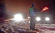 Policista odklání vozidla na uzavřeném nájezdu na 112. kilometru dálnice D1, foto: ČTK