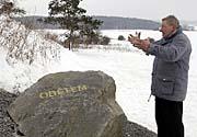 Starosta Letů Rostislav Jandera u kamene, který příšlušníci NS opatřili nápisem Obětem (Foto: ČTK)