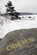 Kámen, který 15. 1. opatřili příslušníci NS nápisem Obětem (Foto: ČTK)
