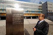 L'ombudsman Otakar Motejl devant le nouveau palais de justice, photo: CTK