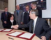 Ministryně školství Miroslava Kopicová aThomas Wilson podepsali dohodu ovstupu ČR do ESO, foto: ČTK