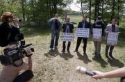 Mitglieder der rechtsradikalen ´Nationalpartei´ störten die Andacht in Lety (Foto: CTK)