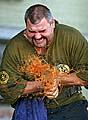 ...a vjedné minutě silou svých rukou rozdrtil 10 plechovek sfazolemi, foto: ČTK