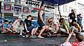 René Golem Richter uzvedl vzubech 723 kilogramů vpodobě dobrovolníků sedících na hrazdě..., foto: ČTK