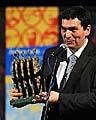 Игорь Блажевич показывает главный приз фестиваля (Фото: ЧТК)