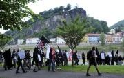 Pochodující nacionalisté na Smetanově nábřeží v Děčíně (Foto: ČTK)