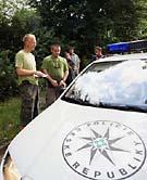 Le garde Martin Novotný et son collègue est contrôlé par la police, photo: CTK